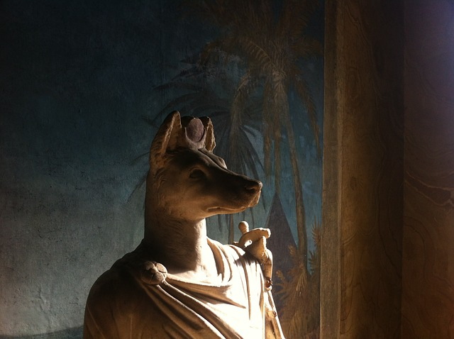 頭は犬、身体は人間の男性というエジプトの神。アヌビスともいう。